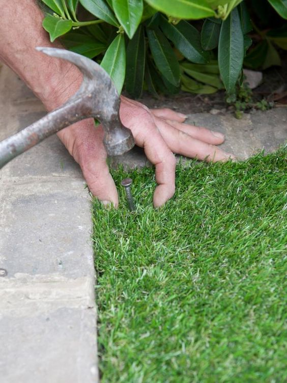 Installing artificial lawn tips and guide