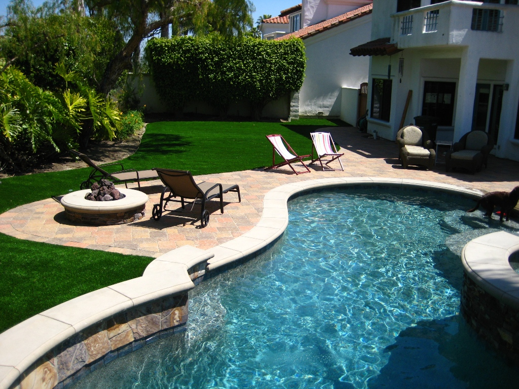 Holiday home with artificial grass and pool